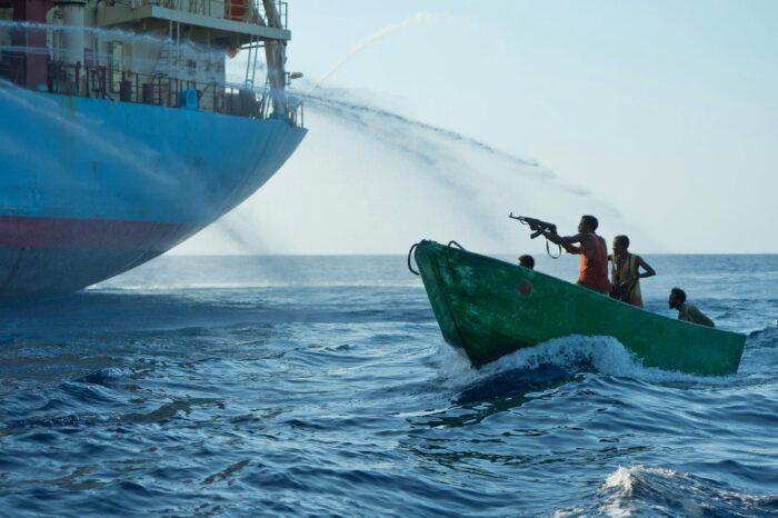 Сомалийские пираты обстреляли судно