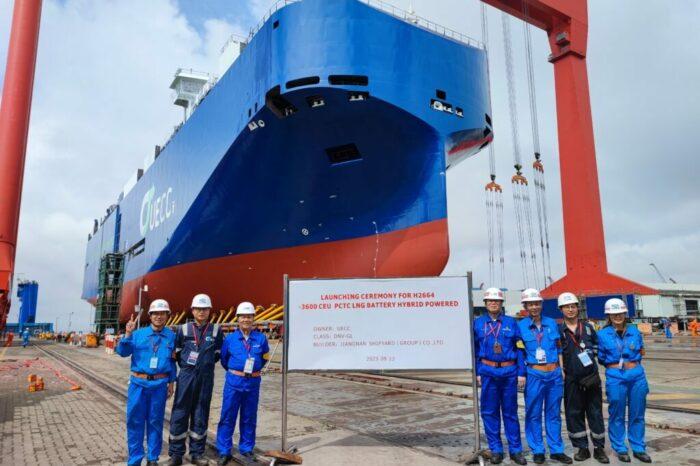 В Китае на воду спустили второй гибридный автомобилевоз для UECC