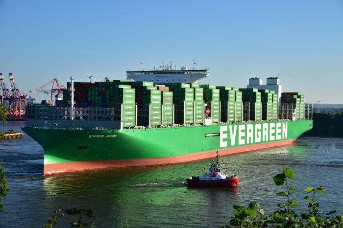 Порт Гамбурга принял крупнейший в мире контейнеровоз (ФОТО)