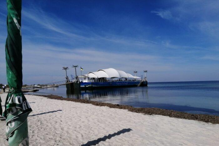 На острове Джарылгач из судна сделали ресторан
