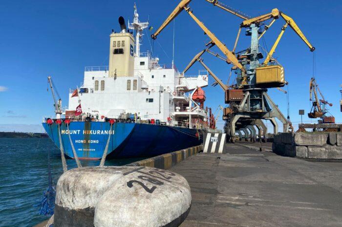 В порту Южный за рекордное время разгрузили судно с никелевой рудой
