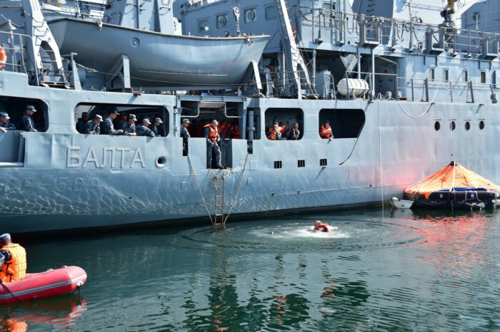 В Украине прошли первые за 5 лет учения по спасению с аварийного корабля