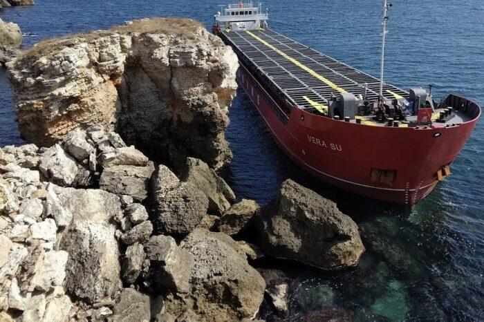 Сухогруз из Украины не могут снять с мели — судно стало протекать
