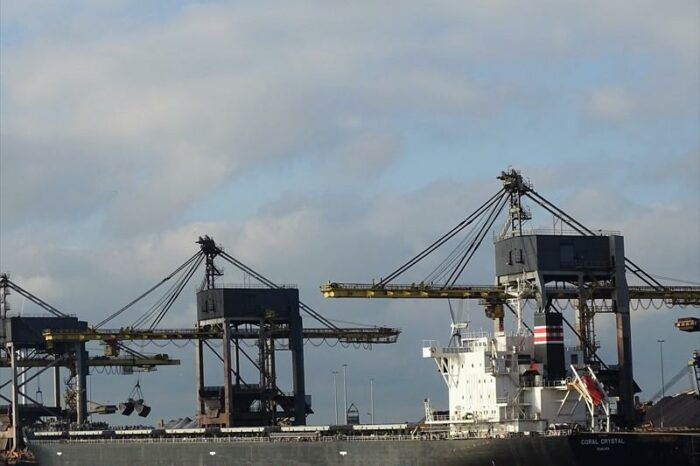 В Суэцком канале снова снимали с мели торговое судно