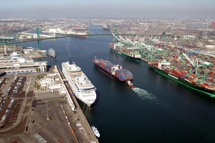 Пятьдесят судов ждут на рейде портов Лос-Анджелес и Лонг-Бич