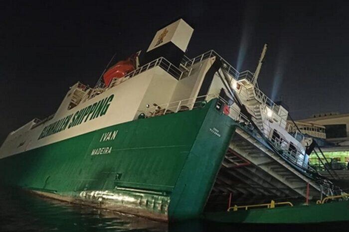 Ролкер Ivan опрокинулся в порту Алжира (ВИДЕО)