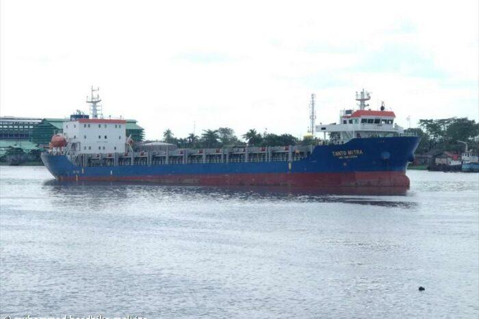 В Индонезии контейнеровоз дважды врезался в баржи (ВИДЕО)