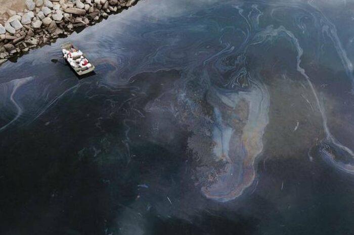 Судно Hapag-Lloyd подозревают в причастности к крупной утечке нефти в США
