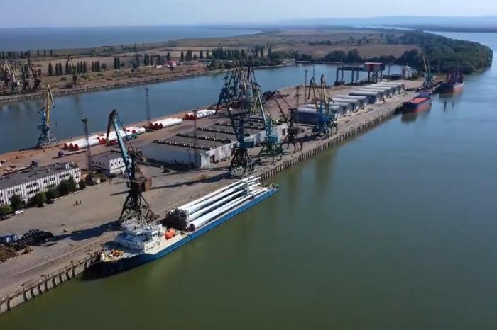 В порту Рени с судна перевалили 77-метровые лопасти для ВЭС (ВИДЕО)