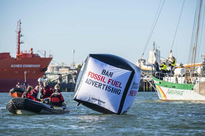 Greenpeace заблокировали путь к заводу Shell в порту Роттердам