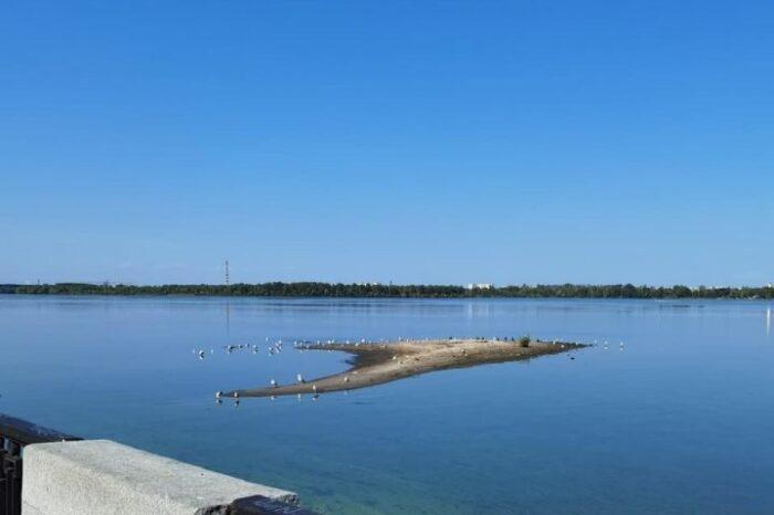 На Днепре плавкран ликвидирует «мусорный остров»
