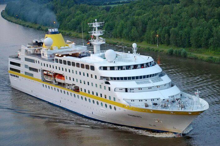 В Германии круизный лайнер врезался в причал