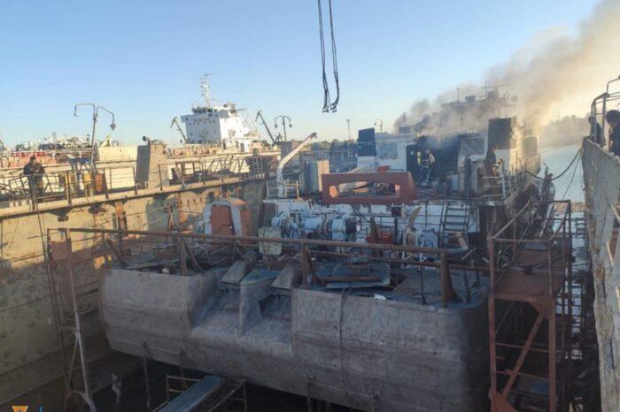 На судозаводе в Измаиле загорелся буксир-толкач (ФОТО)