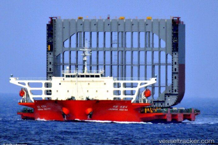 В Китае два судна пострадали из-за тайфуна Компасу
